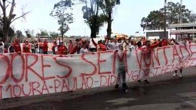 Torcida do Inter protesta durante treino no Beira-Rio - Assista ao vídeo.