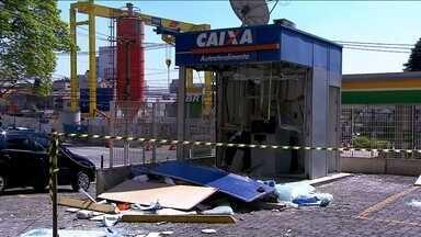 Polícia descobre quadrilha que explodiu caixa eletrônico - Um aparelho de celular acabou com o plano de uma quadrilha que explodiu um caixa eletrônico em Santo Amaro. Os bandidos foram rastreados pelo celular roubado de uma vítima.