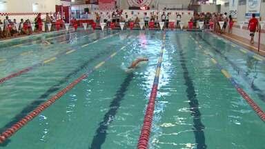 Campeonato Paranaense de natação vai até amanhã - 250 atletas participam da competição.