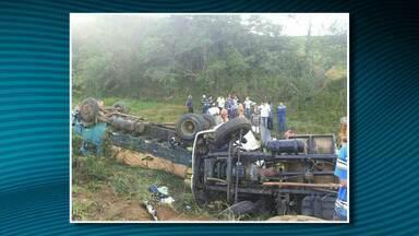 Três pessoas morrem após colisão e capotamento entre caminhões - Três pessoas morrem após colisão e capotamento entre caminhões