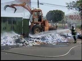 Incêndio destrói cerca de 25 toneladas de recicláveis - Fogo começou na manhã deste sábado (13).