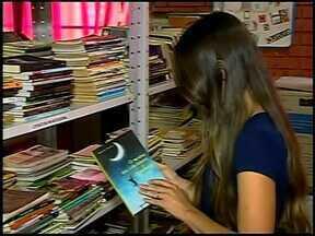 """Alunos recebem visita de escritor em Pratinha, no Alto Paranaíba - Estudantes da Escola Estadual Marlene Martins Reis receberam visita do autor do livro """"O menino que colecionava sonhos""""."""
