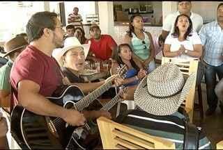 Violeiros participantes do Festival Viola dos Gerais se confraternizam na sede da Inter TV - Concentração foi para conseguir encarar mais uma noite de seletiva.