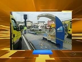 Caminhão bate em ponto de ônibus e atropela uma pessoa - Caminhão bate em ponto de ônibus e atropela uma pessoa