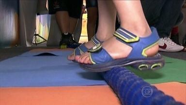 Brinquedos que envolvem movimento podem estimular o labirinto e a disfunção do equilíbrio - Uma tenda recebe o público e a criançada faz fila para aprender, brincando. Eles estudam o quanto alguns brinquedos podem ser prejudiciais à saúde, testam o equilíbrio, o olfato e a audição.