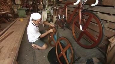 Veja no JH: Sanno herda a arte de esculpir bicicletas em madeira - Bandidos furtam estepes dos carros em apenas 20 segundos. Curso para separação orienta casais a fazer a partilha de bens. Campanha para plebiscito na Escócia termina nesta quarta-feira (17).