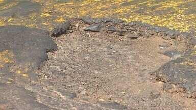 Buracos nas ruas se tornam barreiras em Ribeirão Preto - Motociclistas ficam expostos a danos no asfalto e sofrem acidentes.