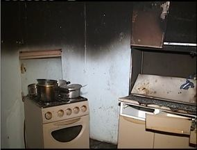 Incêndio destrói casa no Bairro Industrial em Santana do Paraíso - Curto circuito pode ter sido a causa das chamas.