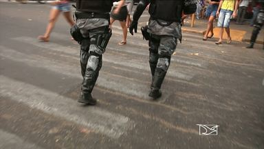 Trabalhar como segurança particular tem sido uma prática comum entre policiais militares - Trabalhar como segurança particular em lojas tem sido uma prática comum entre os policiais militares no Maranhão. Especialistas da área consideram o trabalho extra ilegal e arriscado.