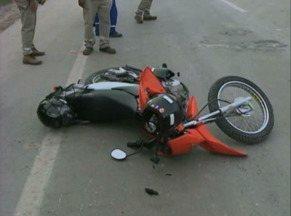 Motociclista fica ferido em acidente na BR-392 - Colisão ocorreu após ônibus invadir preferencial.