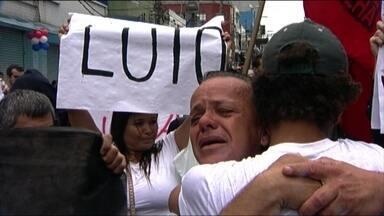 Manifestantes protestam contra a morte de ambulante em São Paulo - A manifestação foi contra a morte de Carlos Augusto Muniz, na quinta-feira (18), durante operação da PM. O protesto deste sábado (20) foi pacífico.