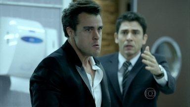 Enrico se desespera ao ver a foto do pai e Leonardo juntos - Antônio tenta controlar a fúria do amigo