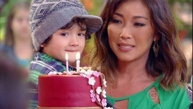 Surpresa! Dani Suzuki ganha festa de aniversário - Roda de samba canta e atriz recebe presença do filho e da mãe