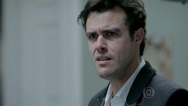 Enrico confirma suspeita sobre Cláudio e leva tapa de Beatriz ao provocar - Silêncio do pai faz o filho ter certeza da relação dele com Leonardo