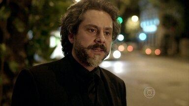 José Alfredo se desculpa com Cristina - A moça fica surpresa com a mudança de atitude do Comendador
