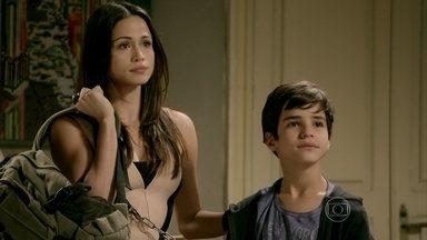 Tuane vai à casa de Elivaldo buscar Victor - Periguete enche o filho de presentes e deixa o irmão de Cristina preocupado
