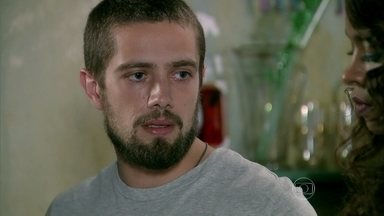 Vicente pede para Xana, Juju e Naná manterem segredo sobre seu acidente - O rapaz desperta a desconfiança de todos ao decidir não contar nada para Cristina