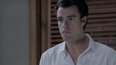 Enrico se enfurece com decisão de Maria Clara - Empresário não aceita que a noiva assuma o sobrenome Bolgari