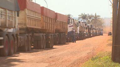 Caminhoneiros reclamam de condições de trabalho em Ituverava, SP - Condutores que transportam açúcar ficam horas estacionados enquanto aguardam para descarregar carga.