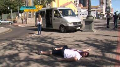 Simulação de acidente de trânsito chama atenção para conscientização - População pode ver como funciona o atendimento a um acidente.