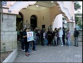 Manifestação marca um ano sem hemodiálise em Teresópolis, no RJ - Ato reuniu 30 pessoas em frente a prefeitura nesta terça-feira (23).Pacientes renais cobram tratamento dentro da cidade.
