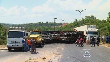 Polícia ouve testemunhas de acidente que matou dois, em Manaus - Contêiner caiu sobre casal; Detran aponta excesso de carga no veículo.