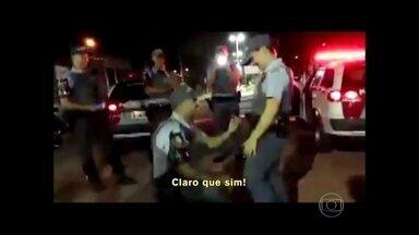Soldado surpreende tenente com pedido de casamento no meio da rua - Larissa e Rick da Silva fizeram sucesso com vídeo de pedido na internet