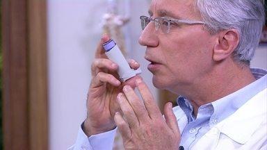 Veja como usar a bombinha contra asma da maneira correta - Muitas pessoas usam bombinhas para asma da maneira errada. Isso podem fazer com que a medicação não entre nos pulmões. Veja os erros comuns e a maneira certa de usar as bombinhas.