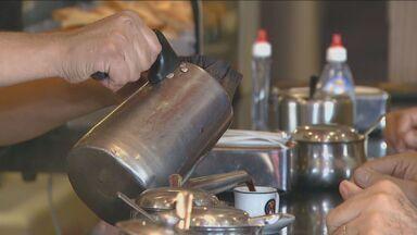 Estudo da Unicamp mostra ação da cafeína sobre células e hormônios femininos - Uma pequena dose de café ou refrigerante com cafeína pode provocar perda óssea na mulher. A redução de resistência na massa óssea aumenta o risco de fraturas.