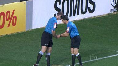 Sanduíche é arremessado no gramado do Independência durante jogo entre Galo e Santos - O árbitro relatou o ocorrido na súmula da partida.
