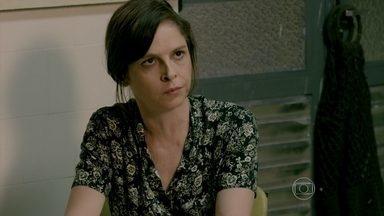 Cora fala do telefonema de Fernando para Cristina - Elivaldo leva Victor de volta para casa e explica para a tia que Reginaldo implicou com o menino
