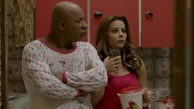Xana e Naná questionam Vicente sobre relacionamento com Cristina - Depois de saber que Júnior está internado, cozinheiro comenta que sempre encontra Orville e Carmem no restaurante de Enrico