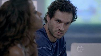 Orville pede perdão a Juliane - Pintor contraria Carmen ao ir ao hospital com a ex-mulher e diz que não volta para casa até o filho melhorar