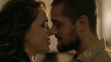 Cristina e Vicente namoram - Fernando chama pela ex-namorada
