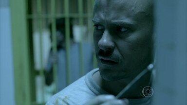Salvador recebe uma proposta no manicômio - Um dos presos tenta convencer o pintor a pedir que Orville traga algumas encomendas de fora