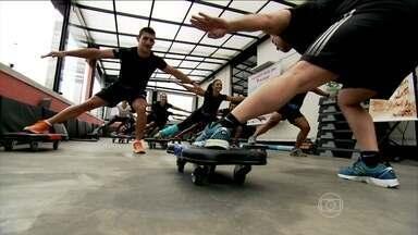 Prancha com rodinhas é o novo desafio das academias - Na aula de board fitness, os alunos trabalham numa base instável. O corpo é obrigado a contrair mais músculos. Quanto maior o movimento, maior o gasto calórico.