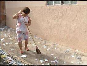 Após eleições, manhã é de limpeza nas principais cidades do Leste de Minas - Moradores reclamam da sujeira deixada nas ruas.