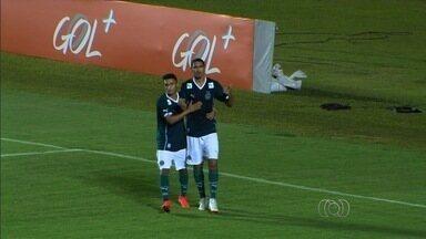 Goiás bate o Figueirense com gol de Ramon e sobe na tabela - Time conquista importante vitória por 1 a 0 no Serra Dourada, ultrapassa o rival e se afasta do Z-4.