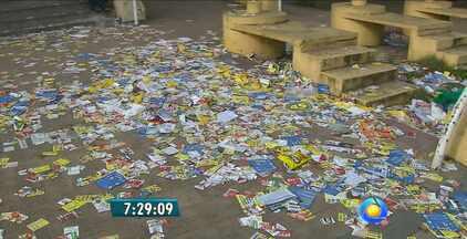 Muito lixo nas primeiras horas do dia em João Pessoa - Depois do primeiro turno, o trabalho dos agentes de limpeza para recolher o lixo espalhado pela cidade.