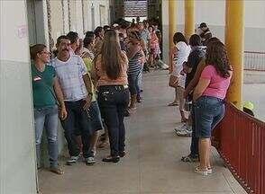 Eleitores reclamam de longas filas na tarde de votação em Caruaru - Problema no sistema de biometria foi constatado no Bairro São João da Escócia.