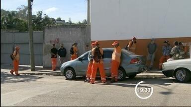 Funcionários paralisam coleta de lixo em Taubaté por falta de segurança - Desde a implantação do COI, quatro caminhões de lixo foram atacados. Profissionais do setor reclamam de insegurança durante o trabalho.