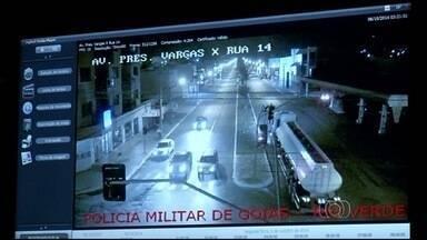 Câmeras flagram racha que deixou 3 jovens gravemente feridos em Goiás - Um dos veículos bateu e derrubou uma árvore de 7 metros, em Rio Verde. Polícia investiga caso e usará imagens para identificar outros envolvidos.