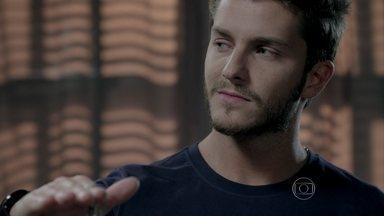 Leonardo prende Téo em seu apartamento e avisa que Cláudio está chegando - O blogueiro fica desesperado