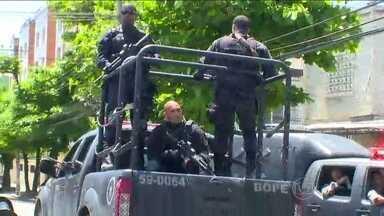 Polícia faz operação no Complexo do Lins - Os PMs tiveram apoio de helicópteros para tentar encontrar bandidos escondidos na mata. A rota de várias linhas de ônibus foi alterada e mais uma vez escolas suspenderam as aulas.