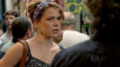 Zé Alfredo ensaia aproximação com Cristina ao fazer convite no camelódromo - Comendador quer melhorar a impressão que a jovem tem sobre ele