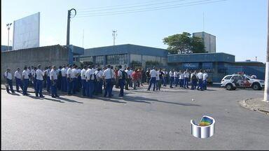 Policiais e sindicalistas entram em confronto durante greve em Taubaté, SP - Ao menos quatro pessoas ficaram feridas e três foram presos. Trabalhadores do transporte público entraram em greve nesta quinta (9).