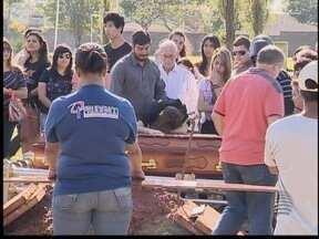 Jovem morta em acidente de trânsito é enterrada em Presidente Prudente - Sepultamento foi acompanhado por parentes e amigos.