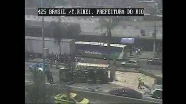 Caminhão tomba e deixa um morto na Avenida Brasil - Uma pessoa morreu após o tombamento de um caminhão na Avenida Brasil, na altura de Bonsucesso. Três das quatro faixas, no sentido Zona Oeste, estão interditadas. O engarrafamento chega a Benfica.
