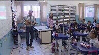 Professor usa o samba para ensinar alunos em Cubatão, SP - Com música, as crianças aprendem sobre valores e a cultura brasileira. Professor que criou projeto é sambista.