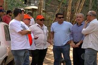 Fiscais da prefeitura notificam moradores de área invadida em Mogi das Cruzes - Carca de 20 famílias receberam prazo de uma semana para desocupar o local.
